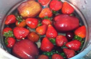 Prosty sposób by pozbyć się pestycydów z owoców i warzyw